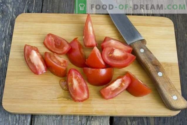 Selbst gemachter Ketchup aus frischen Tomaten und Paprika