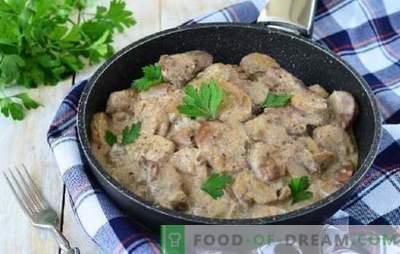 O aroma de porco com cogumelos em molho de creme azedo gera um apetite brutal. Carne de porco com cogumelos em molho de creme no forno, fogão lento, panelas