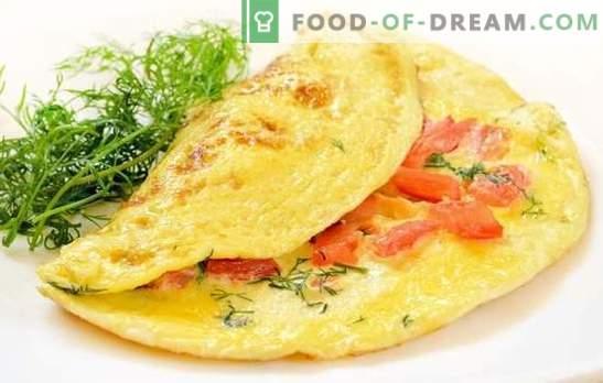 Omelet met tomaten: traditioneel ontbijt. Voedzame en dieetomeletten met tomaten, kaas, champignons, ham, pita